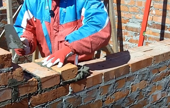 Как класть кирпич – делаем кладку своими руками