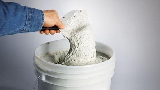 Нужно ли шпаклевать стены перед укладкой плитки – риски, советы